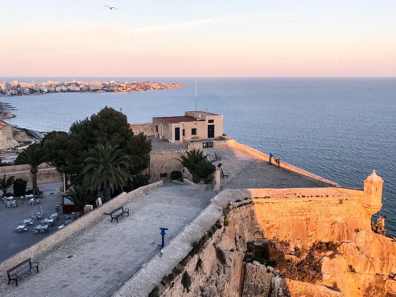 Blick über Alicante von der Burg Castillo de Santa Bárbara