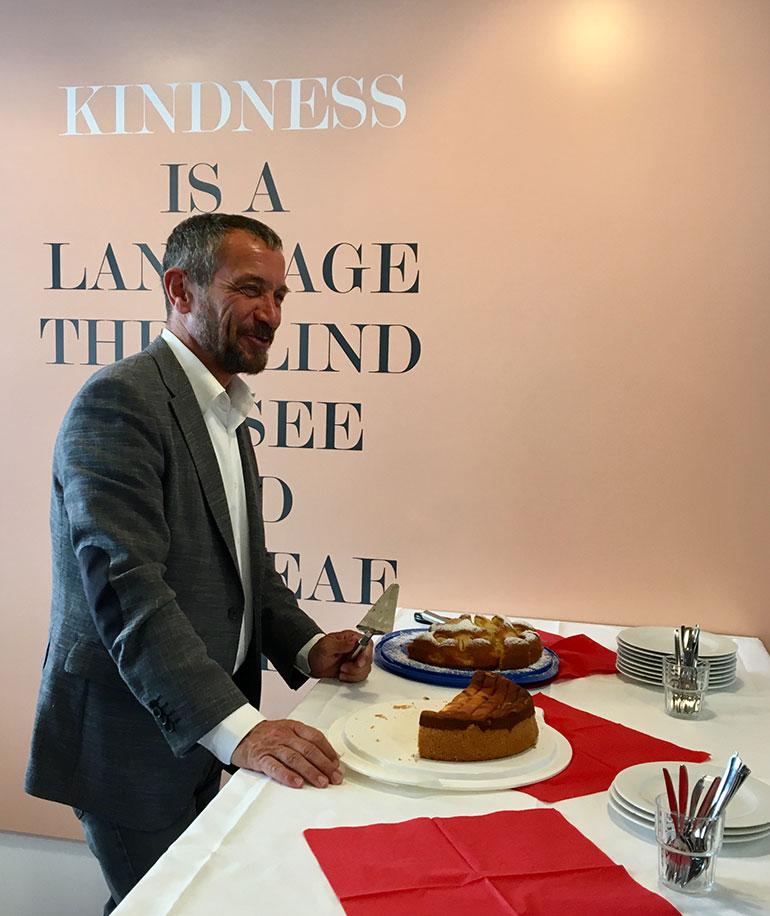 Jürgen Habermann verteilt selbstgebackenen Kuchen