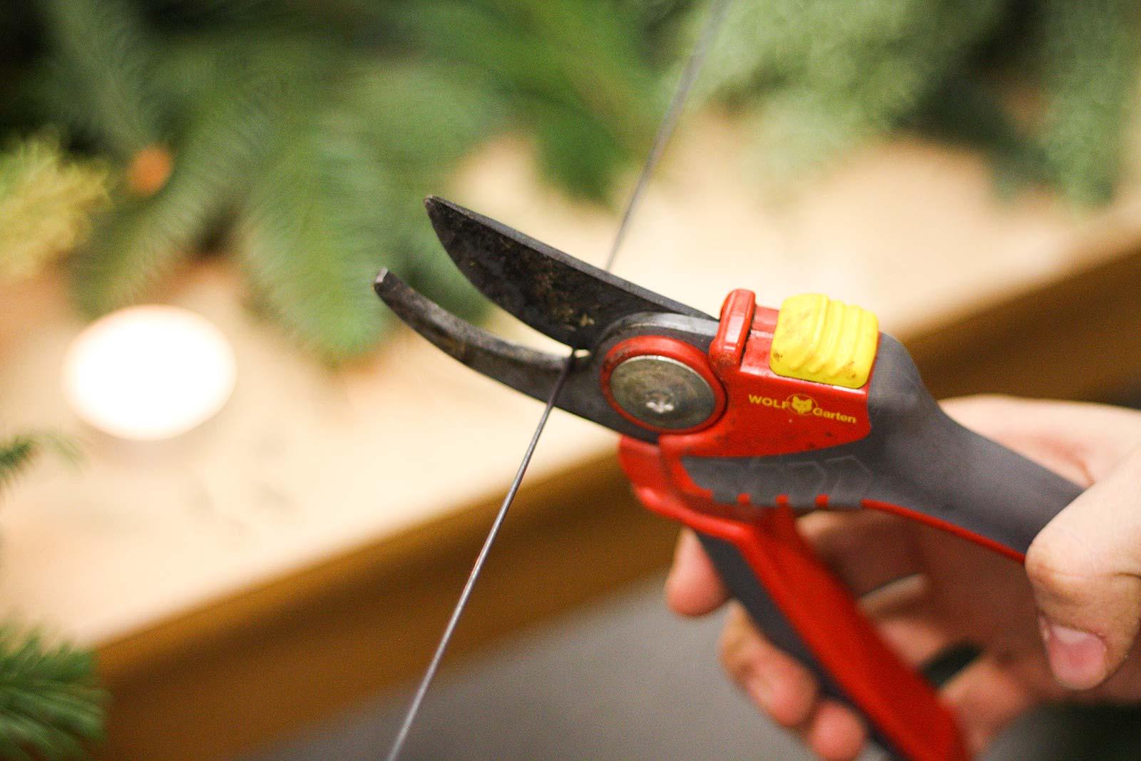 DIY-Adventskranz - Draht zuschneiden