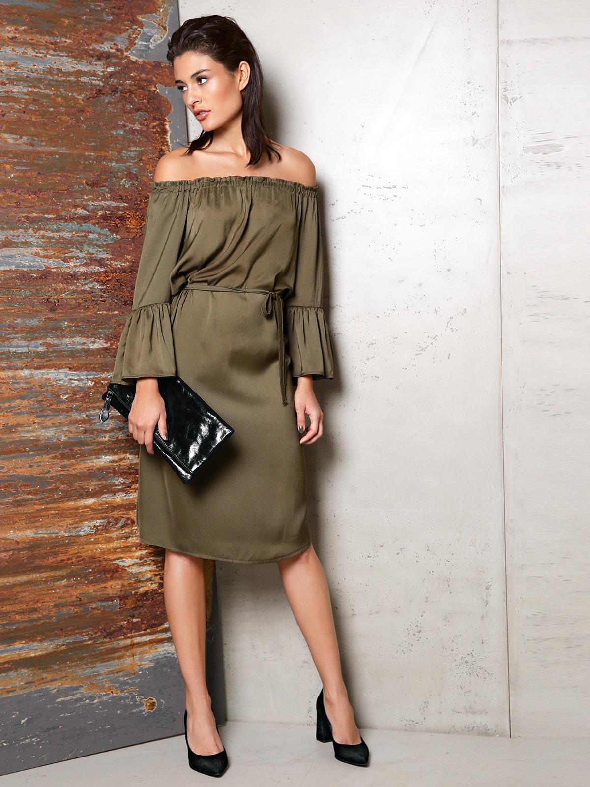 Kleid in Khaki mit schwarzen Accessoires
