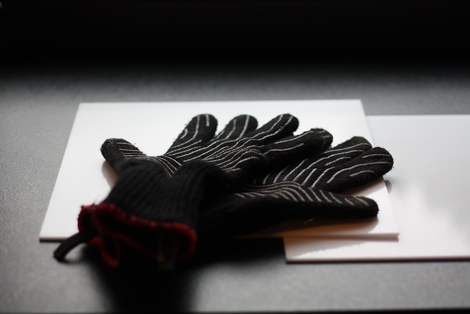 Plexiglasplatten und Handschuhe