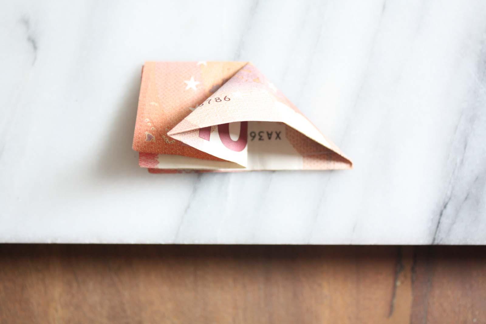Geldscheine falten: Fisch - Dreieck aufklappen