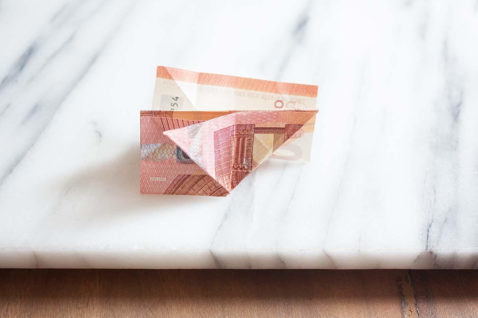 Geldscheine falten: Dreieck aufklappen