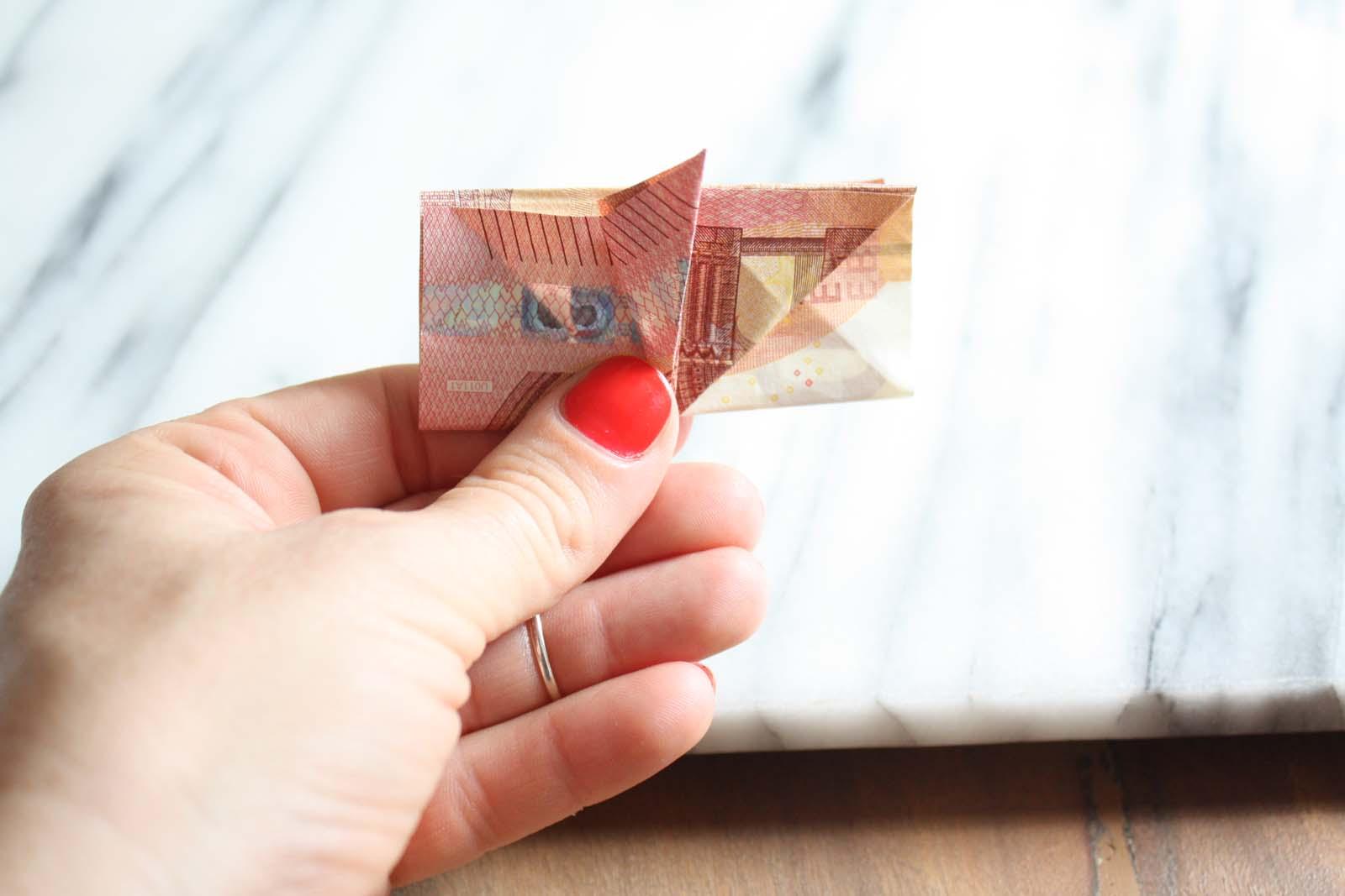 Geldscheine falten: Ohr hochklappen