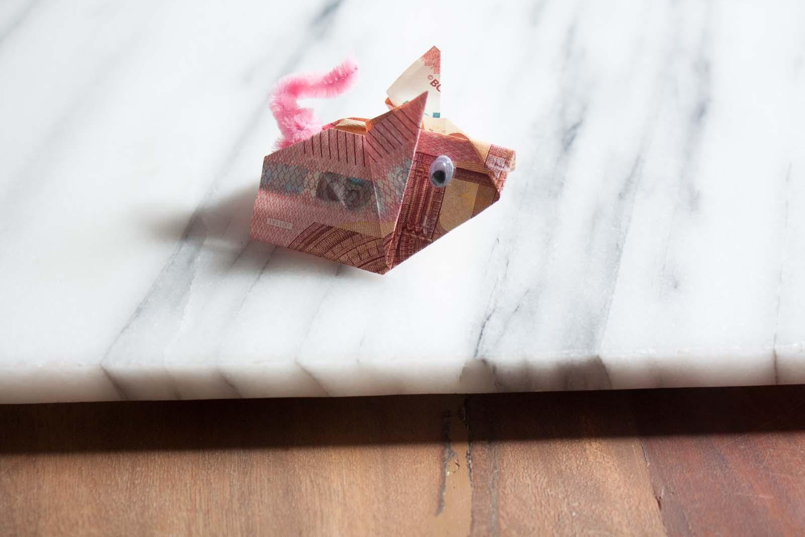 Geldscheine falten: Schweinchen mit Kullerauge und Pfeifenputzer