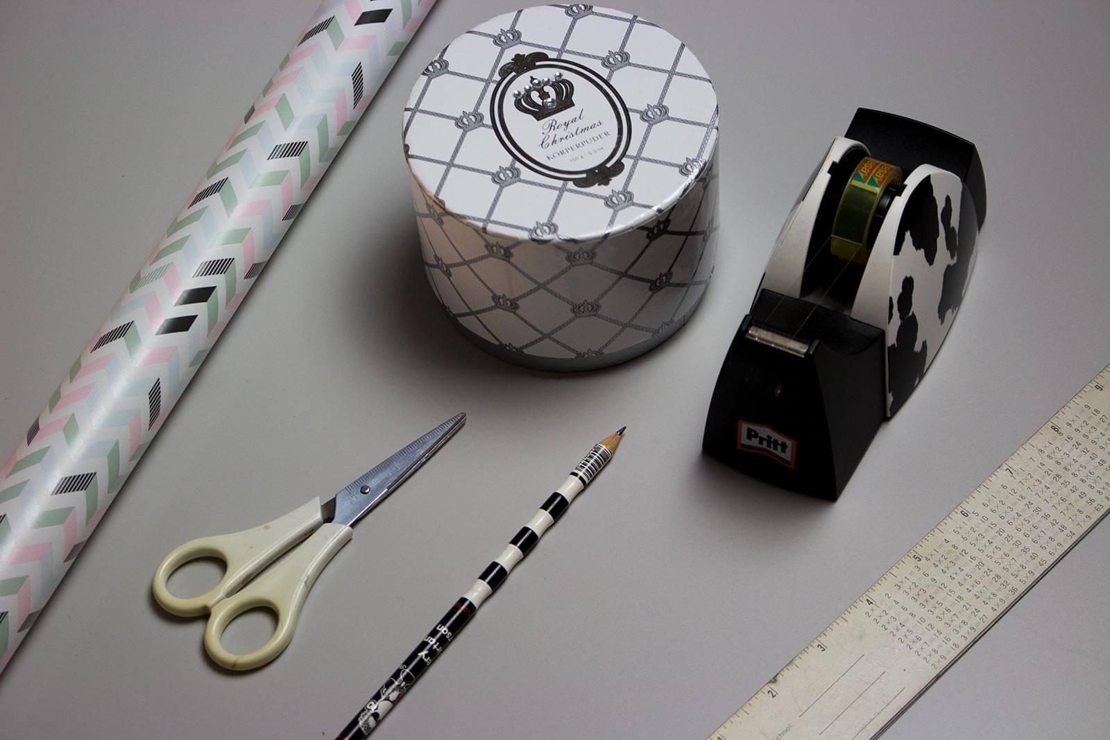 geschenke richtig verpacken rund quadratisch und flaschenf rmig. Black Bedroom Furniture Sets. Home Design Ideas