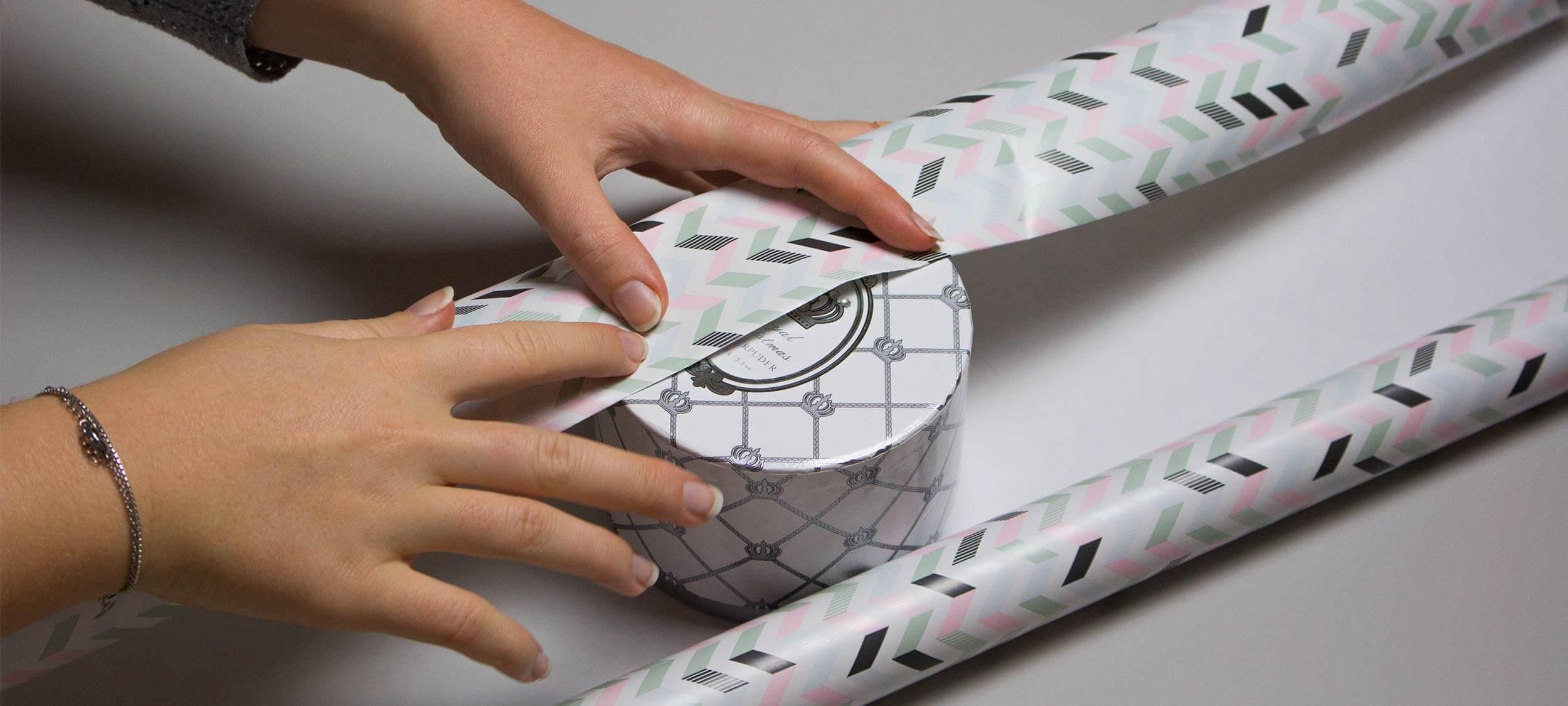Geschenke richtig verpacken – rund, quadratisch und flaschenförmig