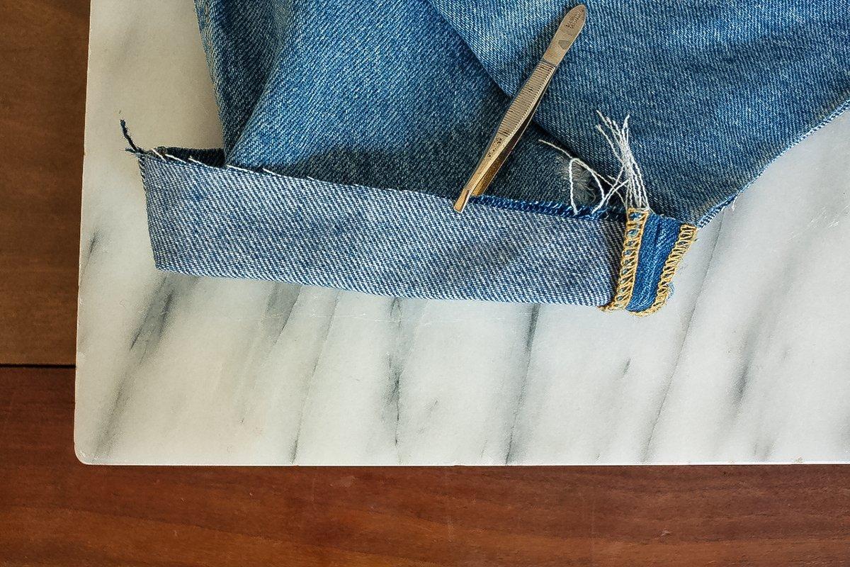 DIY - Jeans: Mit Pinzette ausfransen