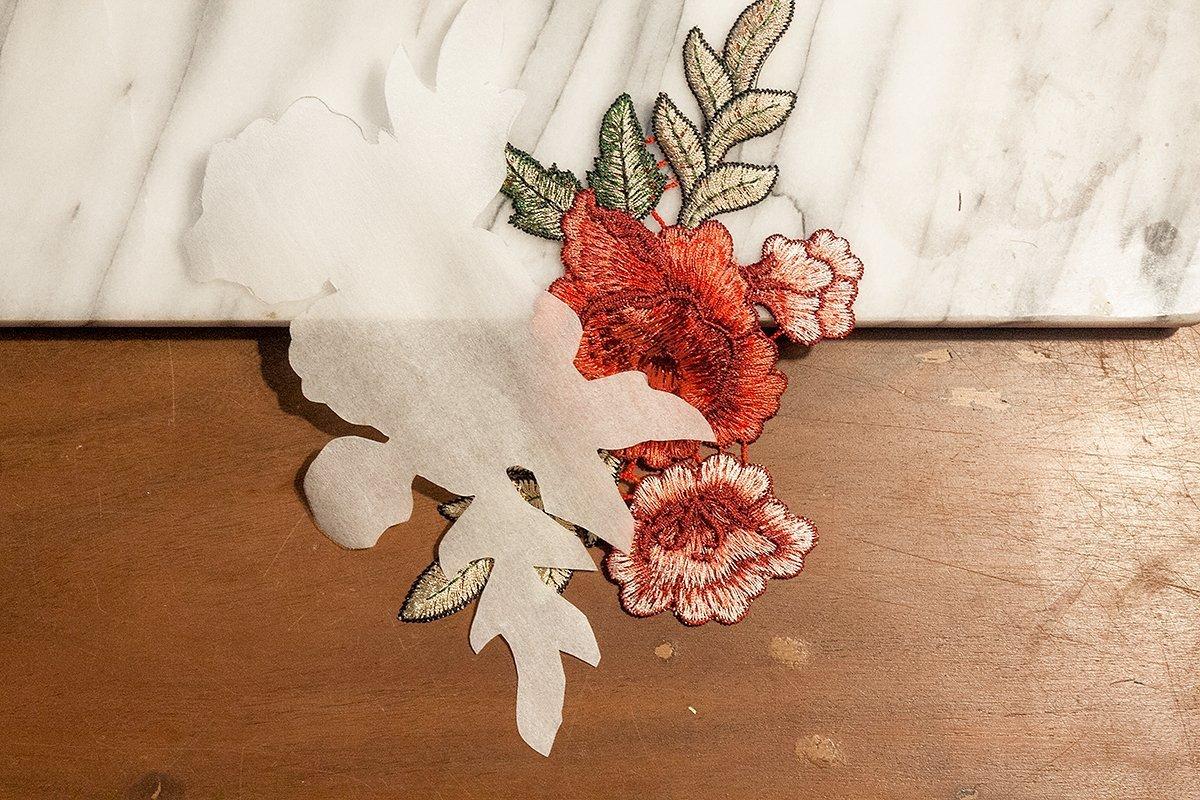 DIY Jeans Blumenstickerei: Folie zurecht schneiden