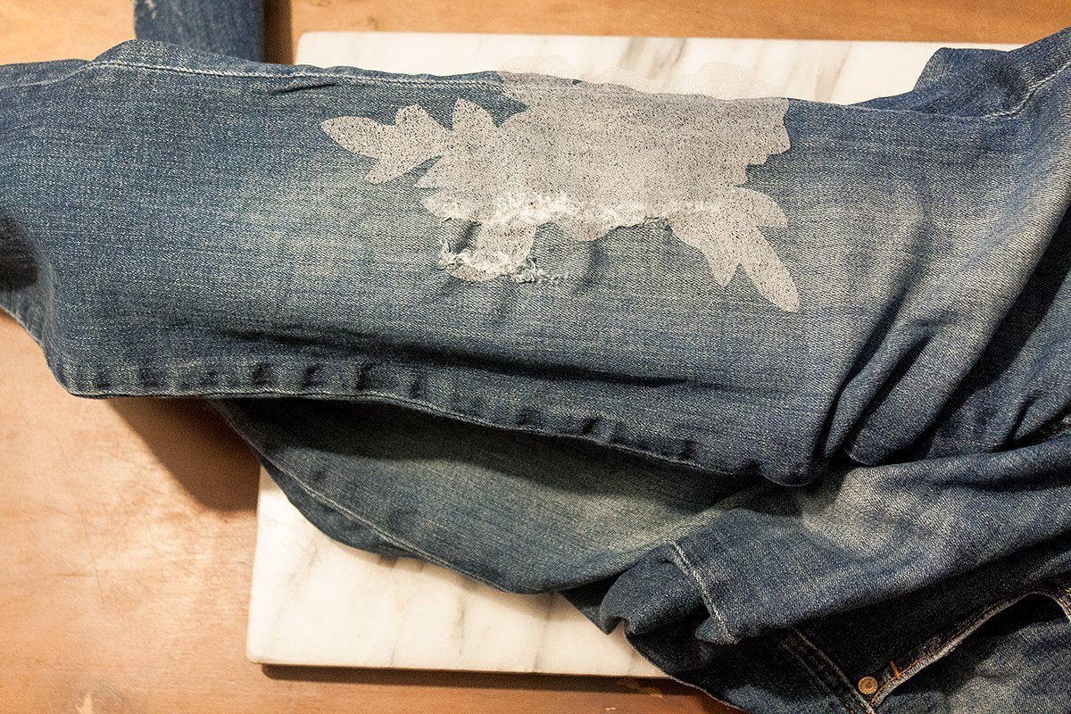 DIY Jeans: Blumenstickerei - Folie auflegen