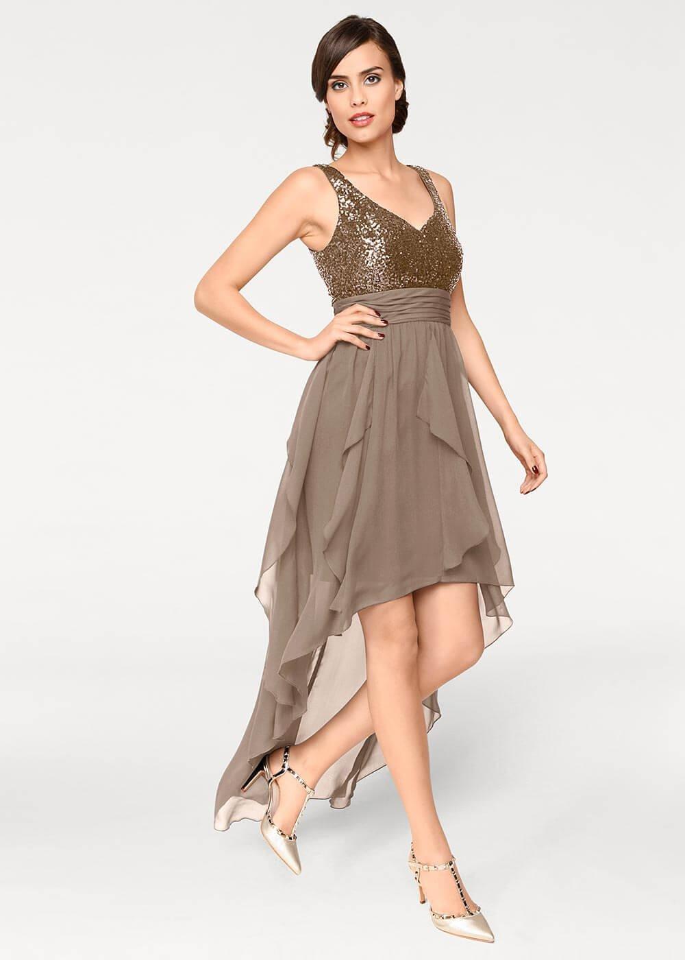Wunderbar Trägt Ein Kurzes Kleid Zum Abschlussball Zeitgenössisch ...