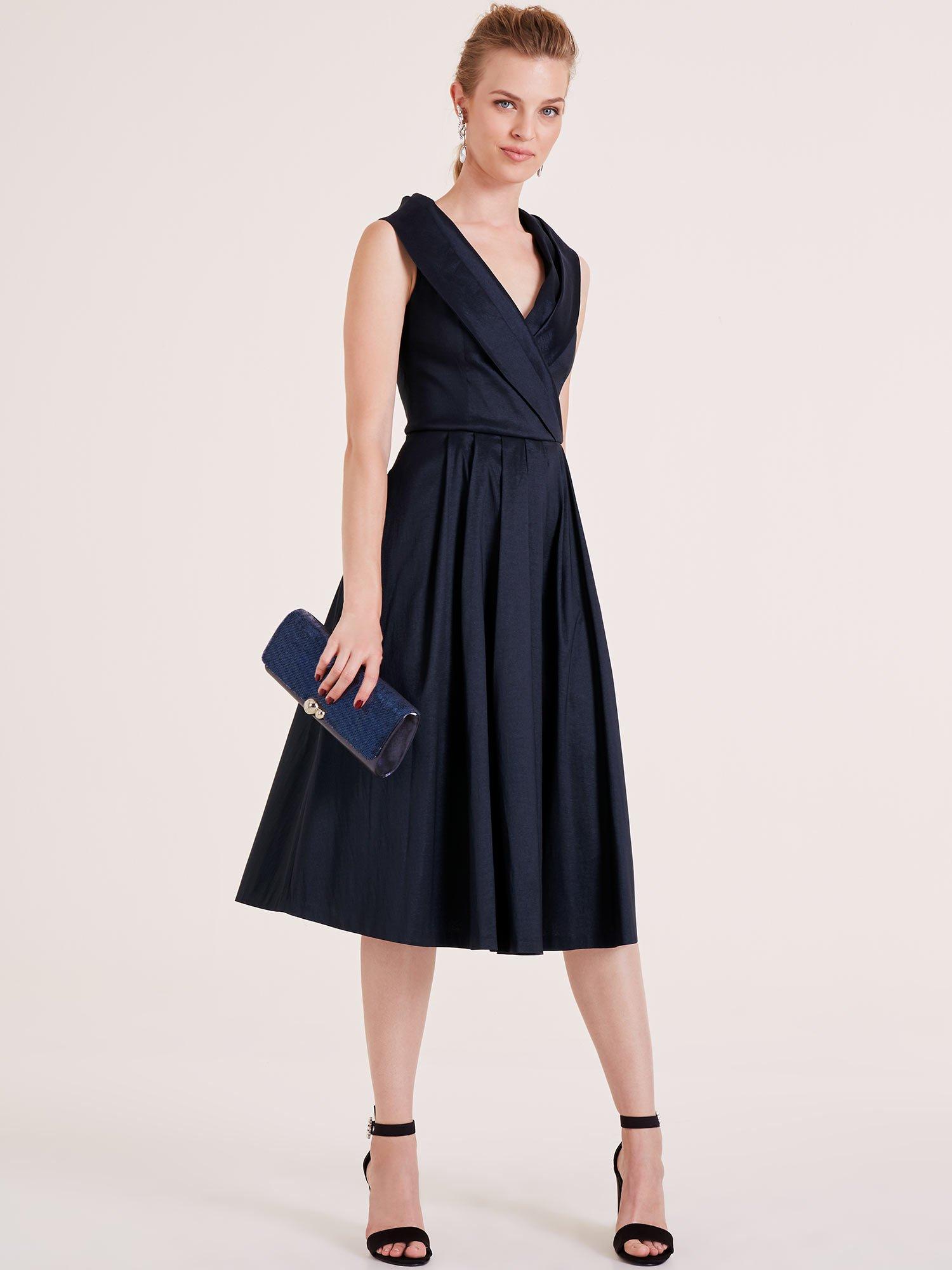Frau in dunkelblauem Abendkleid.