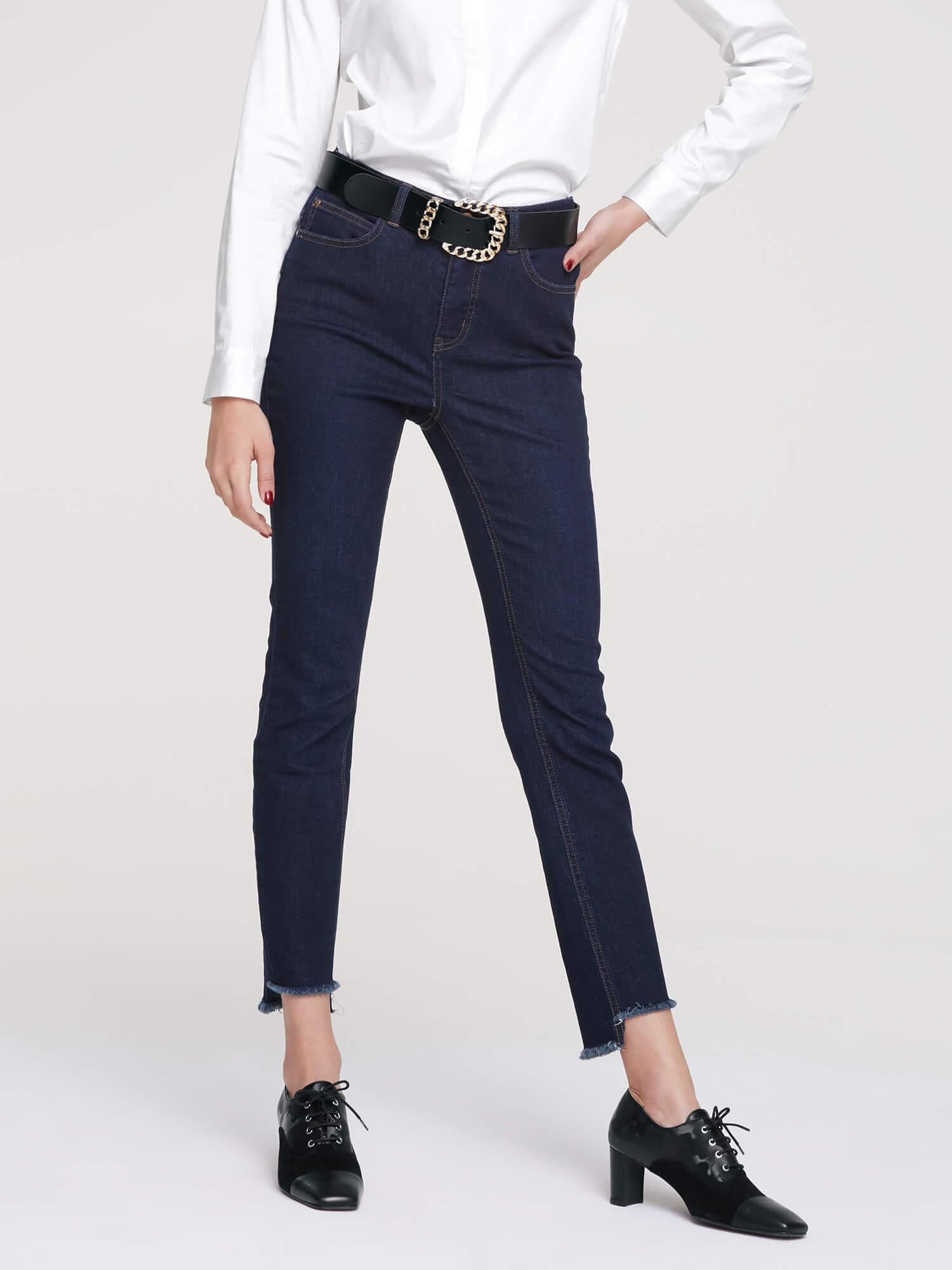 Dunkle Damen-Jeans.