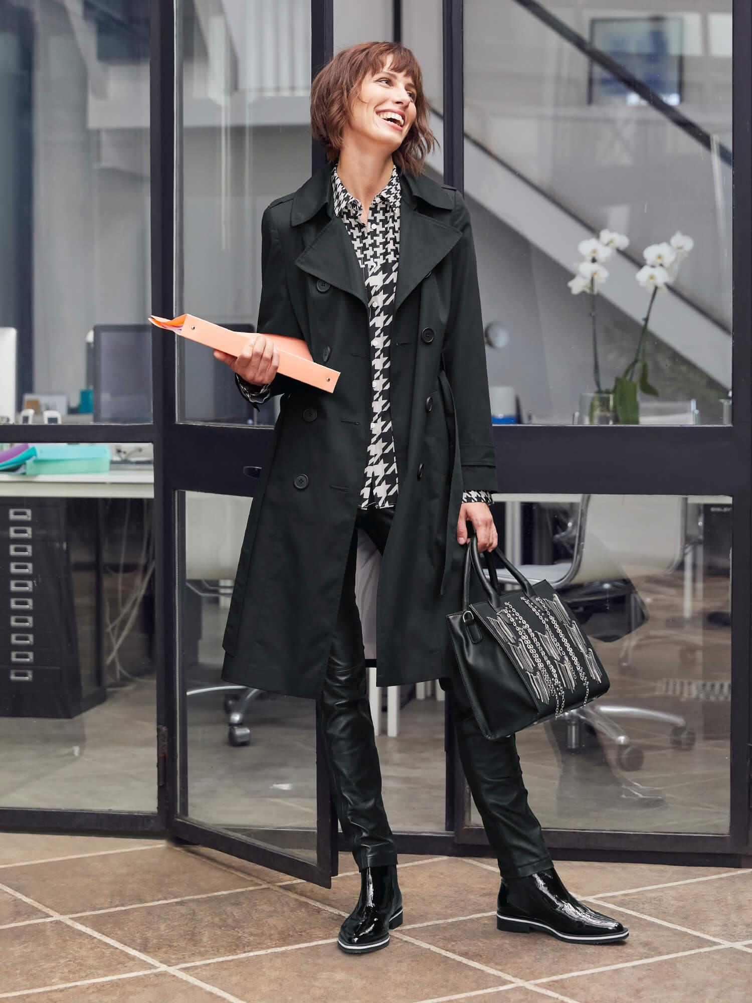 Frau mit schwarzem Mantel