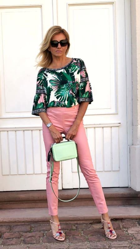 Sommerliches Outfit mit rosa Hose und Druckshirt