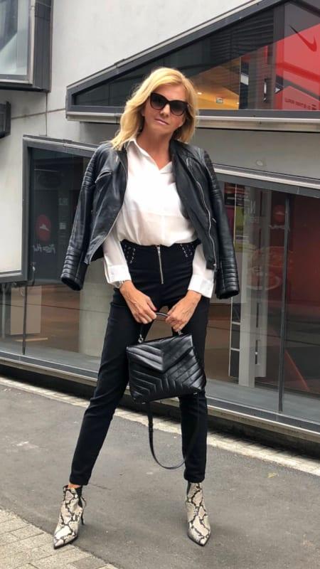 Klassicher schwarz-weiß Look mit Lederjacke