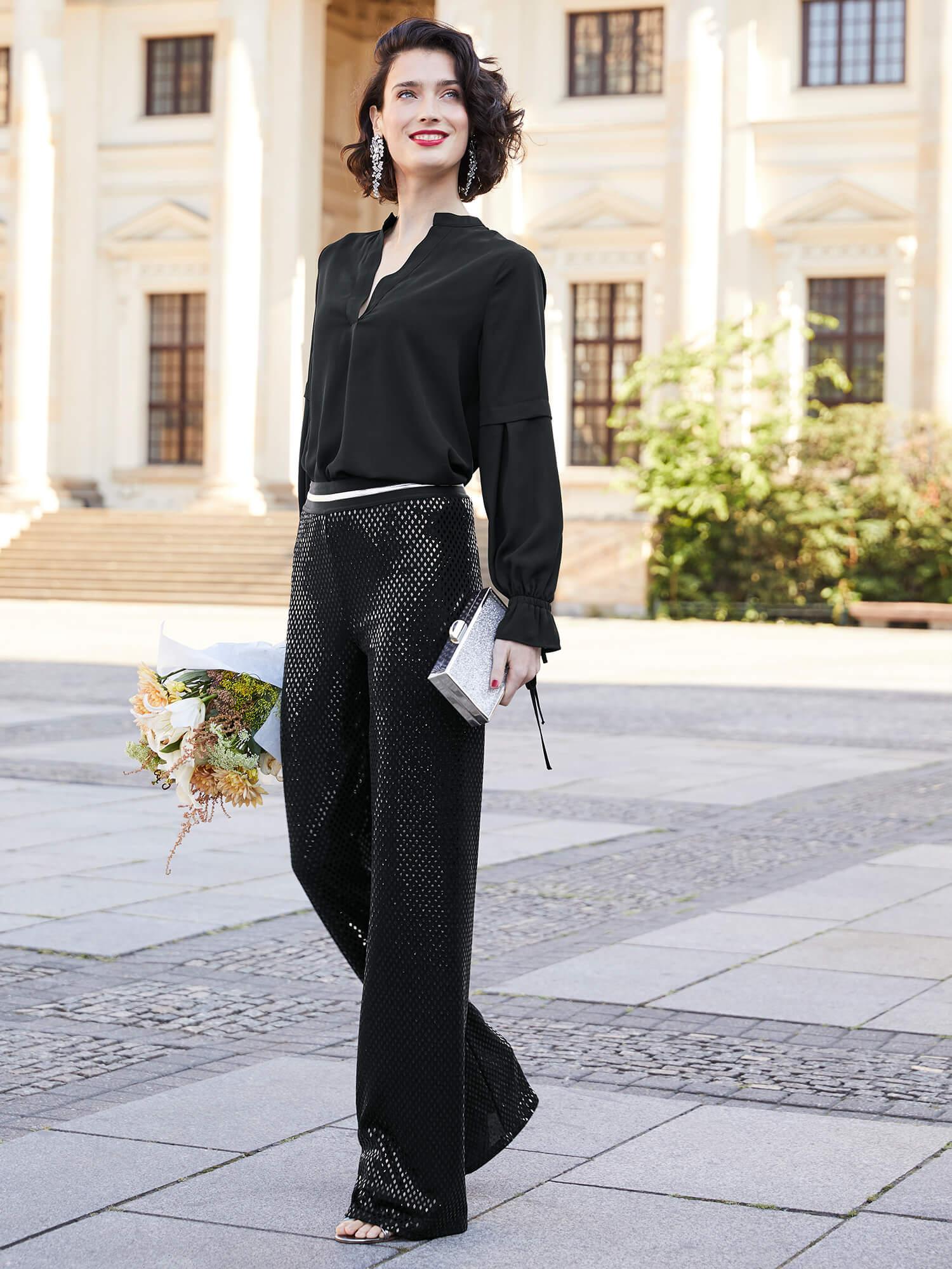 Frau in schwarzem Outfit.
