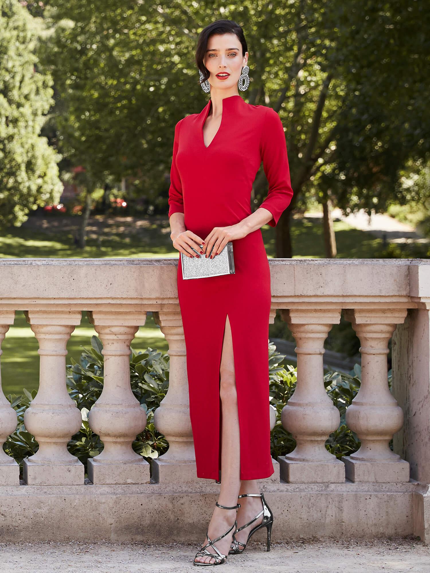 Frau in rotem Kleid.