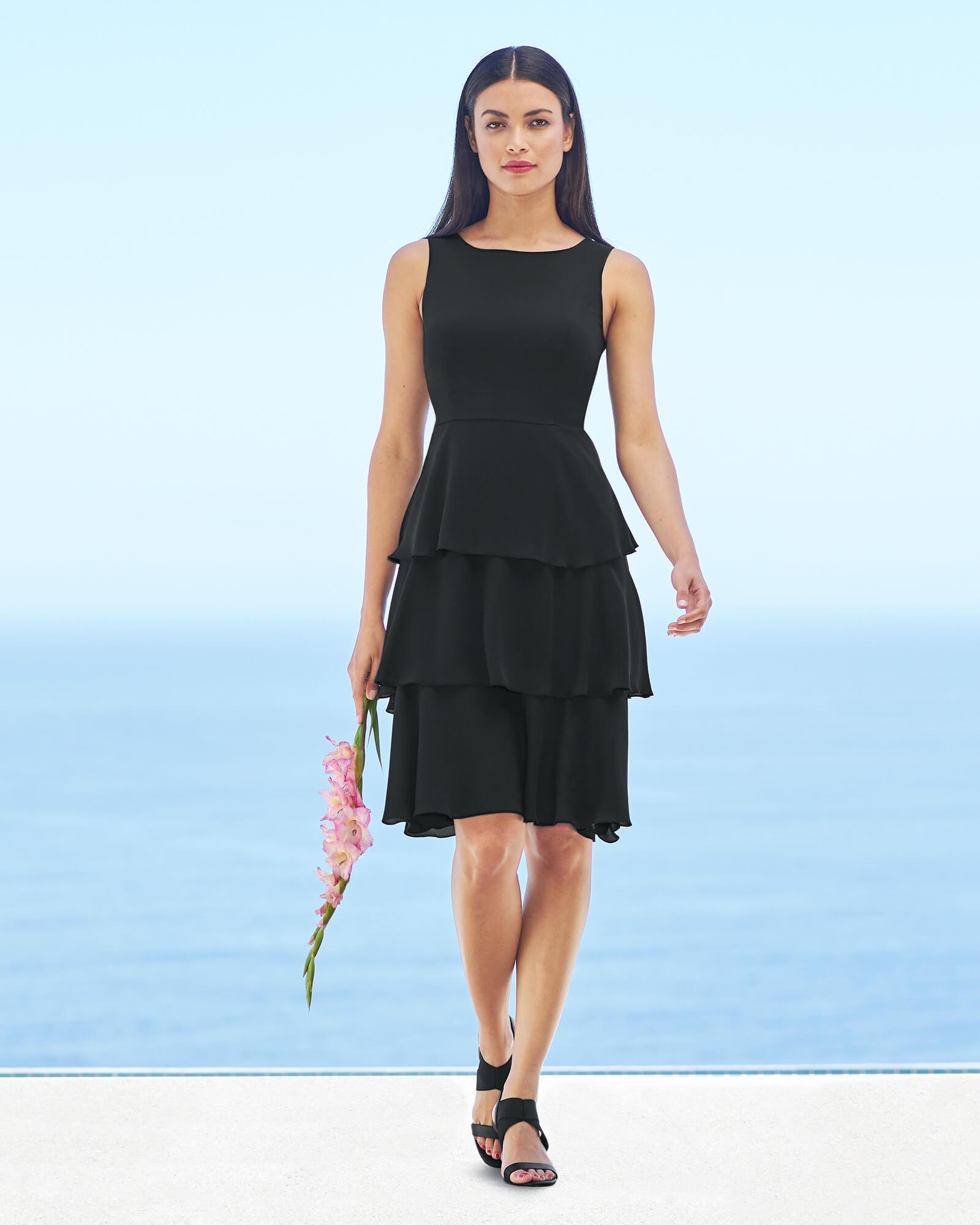 Kurzes schwarzes Kleid mit Volants