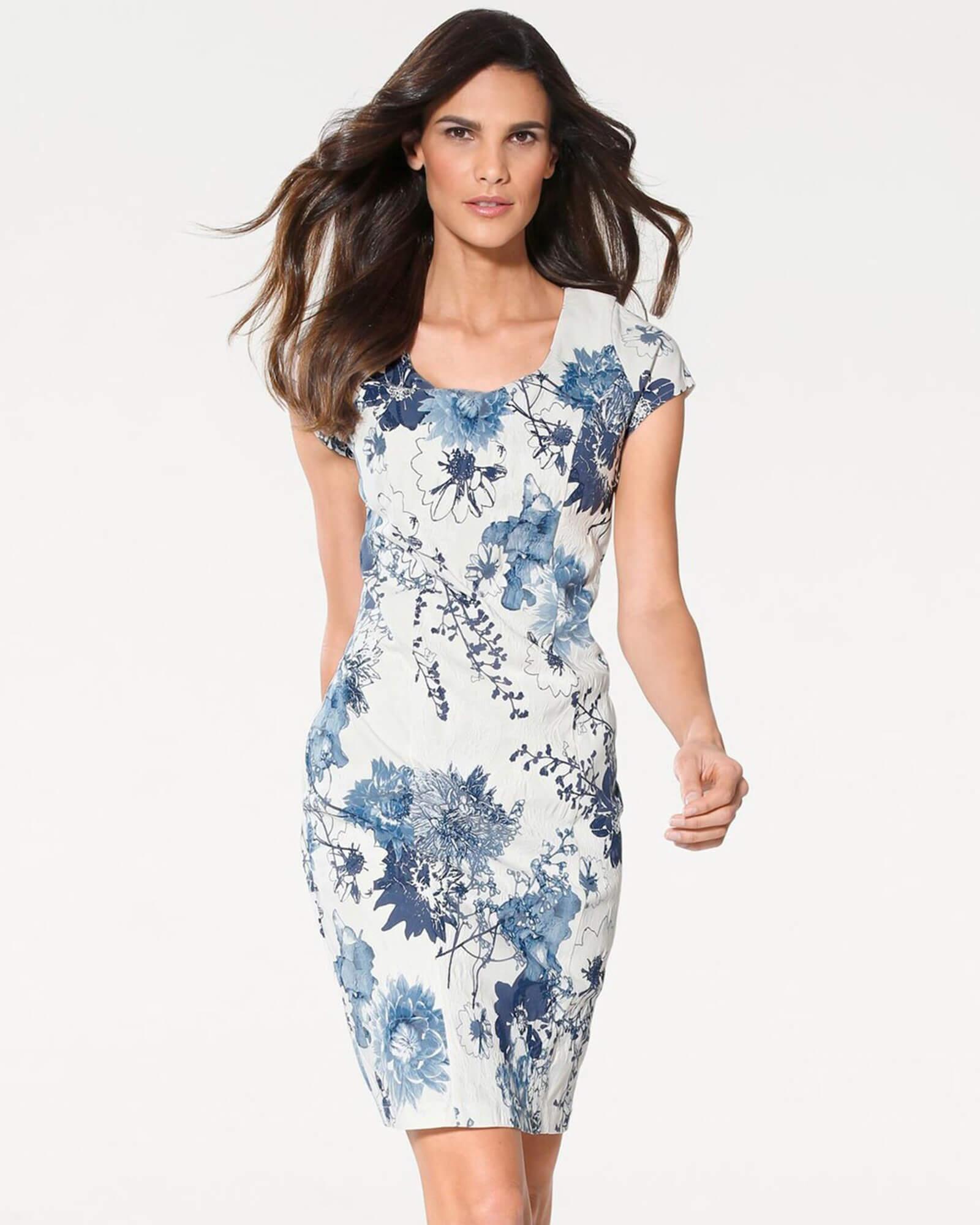 Etuikleid blau-weiß mit floralem Muster